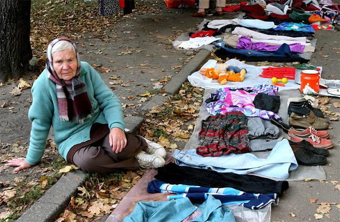 Пенсионеры продают все, что у них есть дома, чтобы выжить