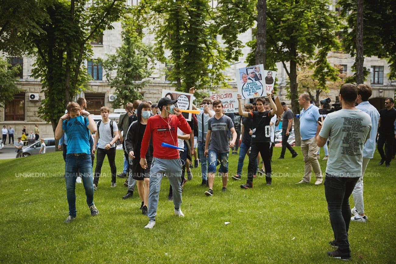 «Быдло на службе у власти»: Против мирного митинга оппозиции на улицы вышли погромщики в масках